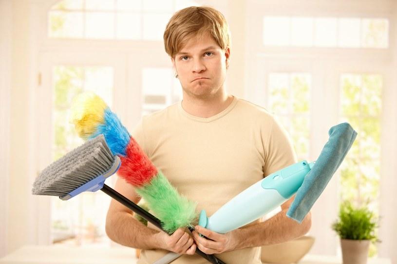 Chyba żaden facet nie lubi sprzątać /123/RF PICSEL