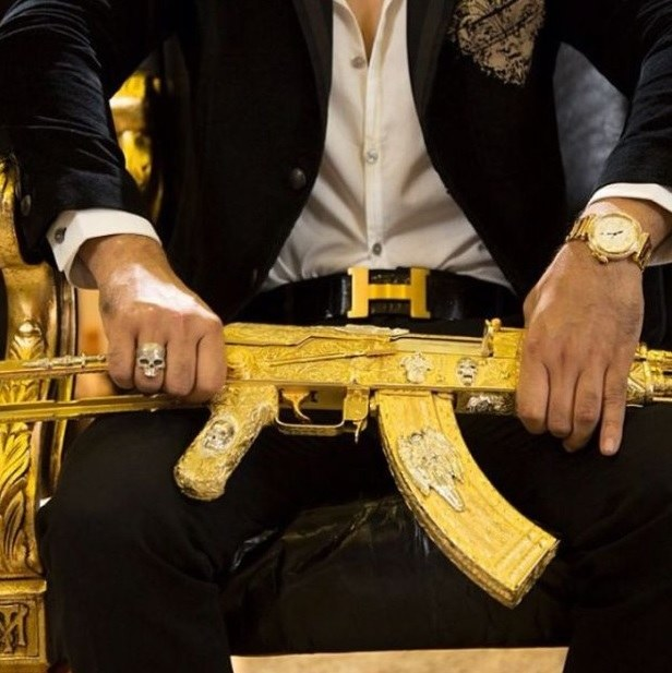 Ci gangsterzy mieli zamiłowanie do złotej broni /materiały prasowe