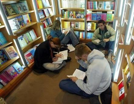 Ci, których nie stać na kupowanie, czytają w księgarniach/ fot. Marcin Smulczyński /Agencja SE/East News