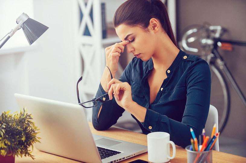 Ciągła praca przy komputerze powoduje zmęczenie oczu /123RF/PICSEL