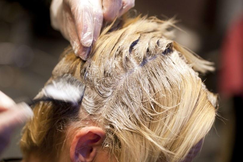 Ciągłe farbowanie włosów z pewnością im nie służy /123RF/PICSEL