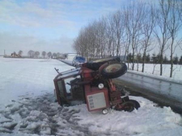 Ciągnik rolniczy wpadł do rowu /KWP Lublin