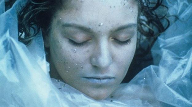 Ciało Laury Palmer wyrzucone na brzeg /materiały prasowe