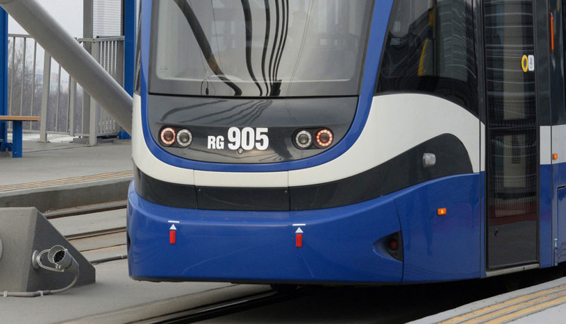 Ciało mężczyzny jest zaklinowane pod tramwajem (zdjęcie ilustracyjne) /Piotr Guzik /Agencja FORUM