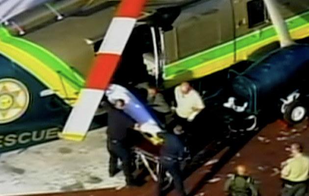 Ciało Michaela Jacksona przenoszone z helikoptera do kostnicy  /Splashnews
