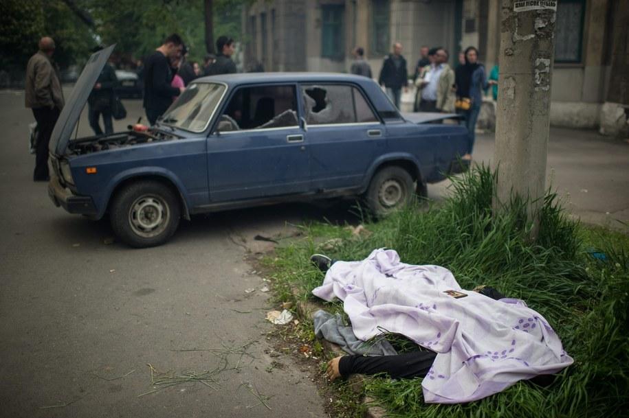 Ciało przyktyte kocem na ulicy Mariupla /ALEXEY FURMAN /PAP/EPA
