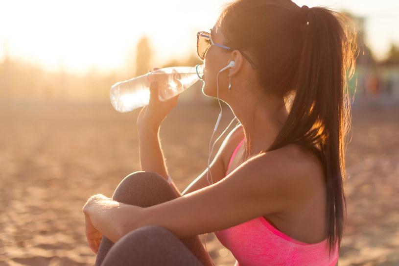 Ciało składa się w 70. procentach z wody. Utrata 20. procent prowadzi do odwodnienia /123RF/PICSEL