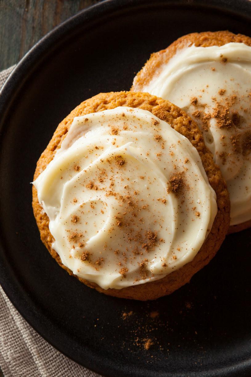 Ciasteczka można przyozdobić lukrem oraz cynamonem /123RF/PICSEL