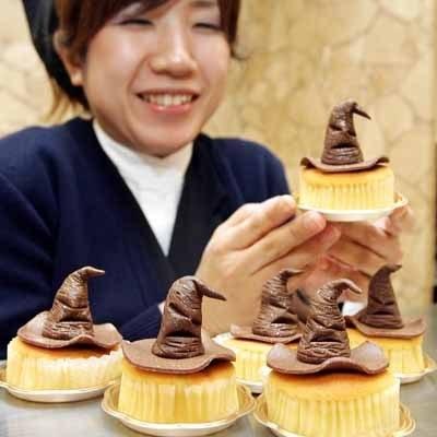 Ciasteczka z czekoladowymi czarodziejskimi kapeluszami kosztują w Tokio 3 dolary. /AFP