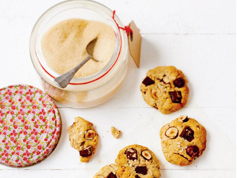 Ciasteczka z gorzką czekoladą, orzechami laskowymi i solą morską /materiały prasowe