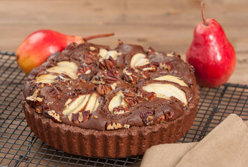 Ciasto czekoladowe z gruszkami to świetny pomysł na niedzielny deser /123RF/PICSEL