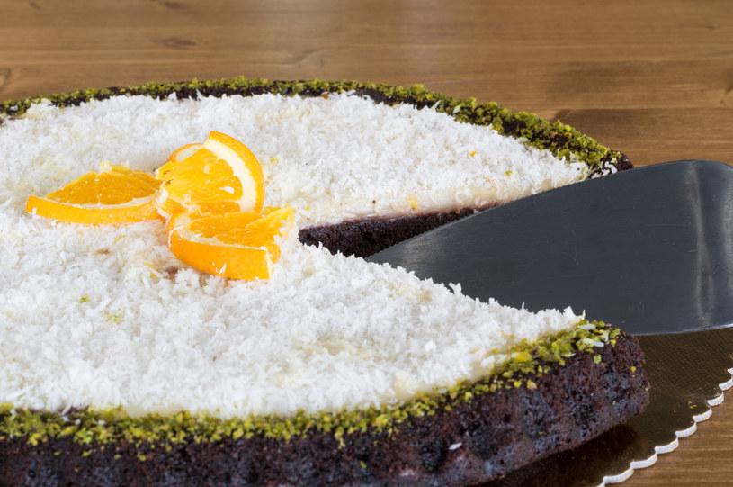 Ciasto czekoladowe z masą kokosową /123RF/PICSEL