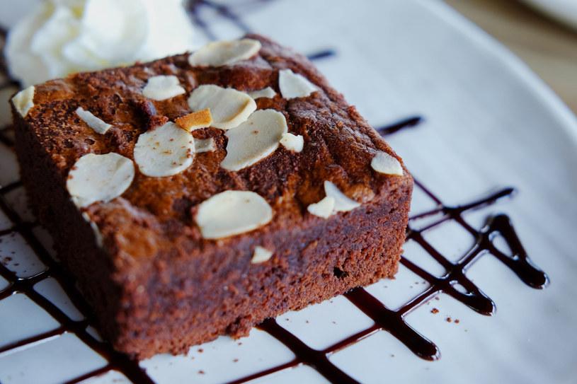 Ciasto czekoladowe z migdałami /123RF/PICSEL