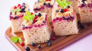 Ciasto drożdżowe z sezonowymi owocami i maślaną kruszonką