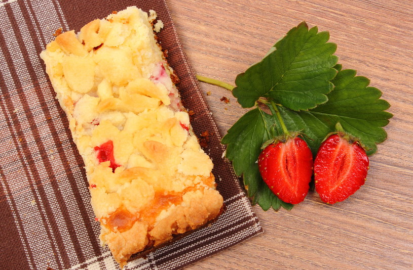 Ciasto drożdżowe z truskawkami /123RF/PICSEL