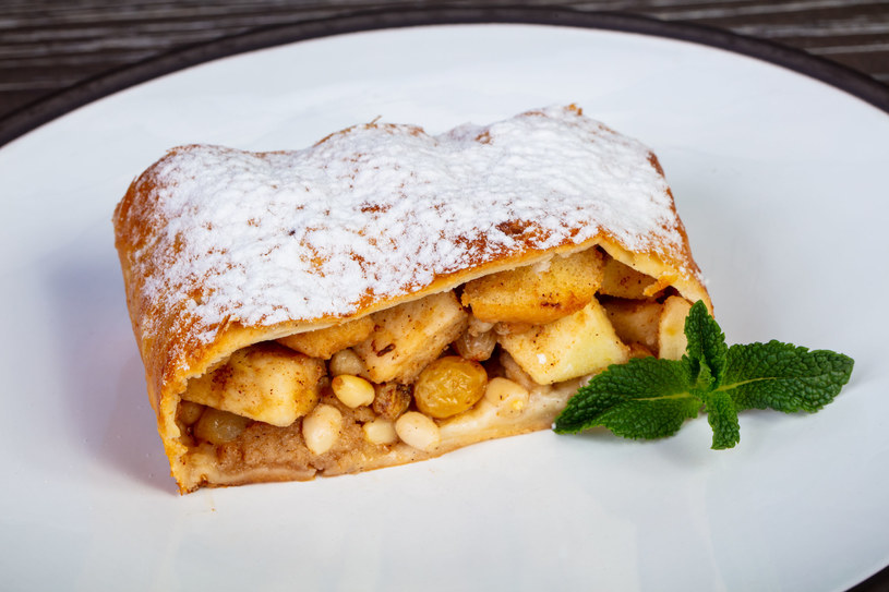 Ciasto francuskie i soczyste jabłka? To aromatyczny apfelstrudel /123RF/PICSEL