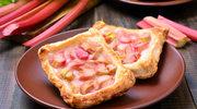 Ciasto francuskie z rabarbarem i pistacjową posypką