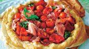 Ciasto francuskie z szynką i pomidorami