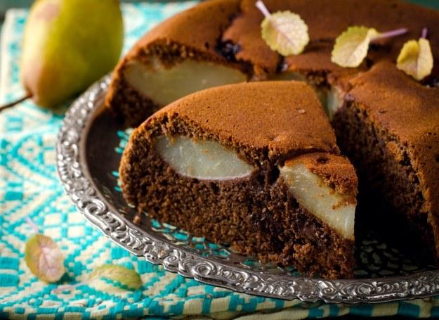 Ciasto kakaowe z gruszkami /123RF/PICSEL