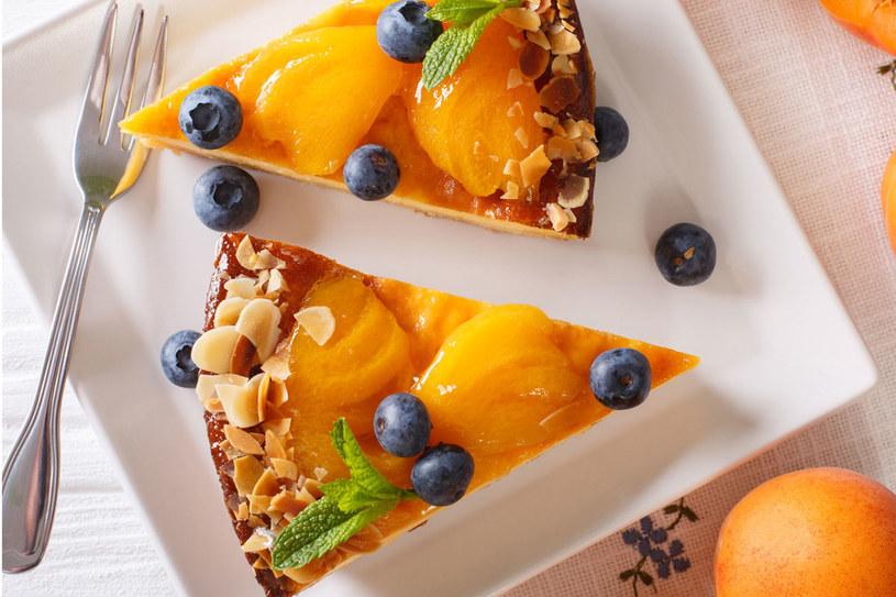 Ciasto możesz ozdobić orzechami, owocami leśnymi lub ziołami /Picsel /123RF/PICSEL