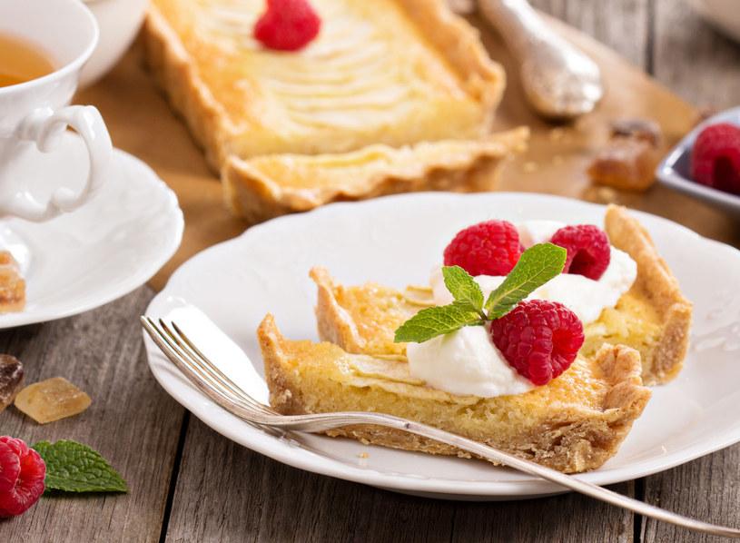 Ciasto możesz podać z bitą śmietaną i owocami /123RF/PICSEL