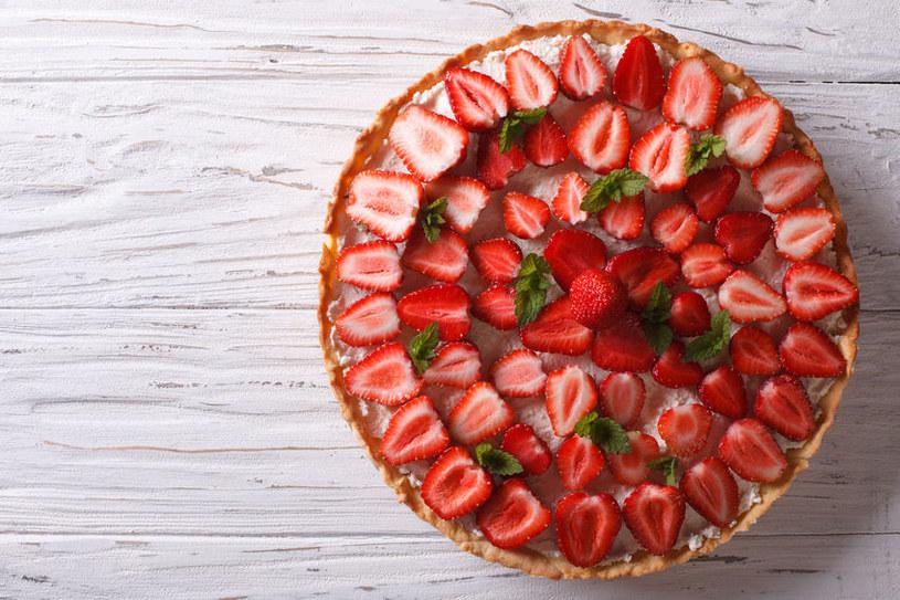 Ciasto możesz udekorować listkami mięty lub oprószyć cukrem pudrem /123RF/PICSEL