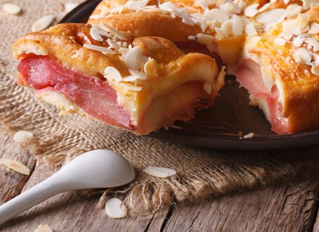 Ciasto możesz udekorowac płatkami migdalowymi /123RF/PICSEL