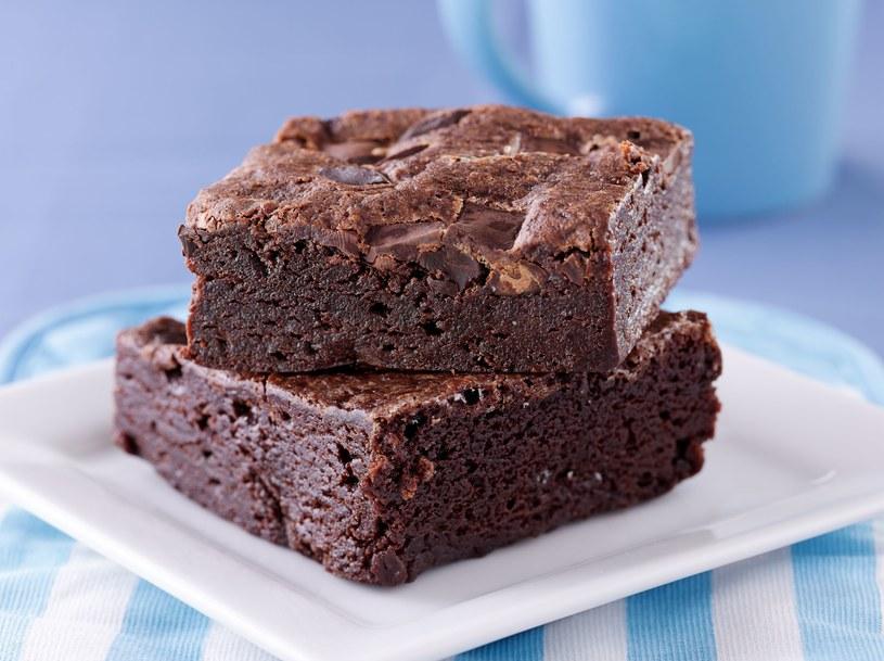 Ciasto można oblać polewą czekoladową lub udekorować owocami /123RF/PICSEL
