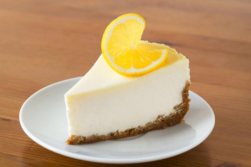 Ciasto można udekorować bita śmietaną lub polewą czekoladową /123RF/PICSEL