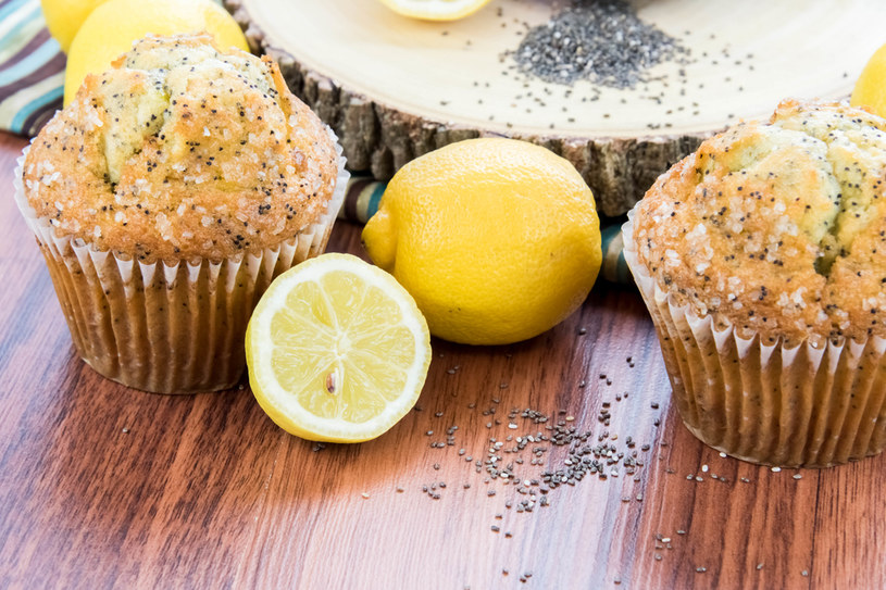 Ciasto na muffiny mieszamy niezbyt dokładnie (może mieć grudki) /123RF/PICSEL