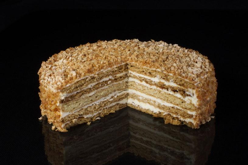 Ciasto posypane orzechami i przekładane słodką masą warto przygotować na kilka dni przed wigilią /123RF/PICSEL