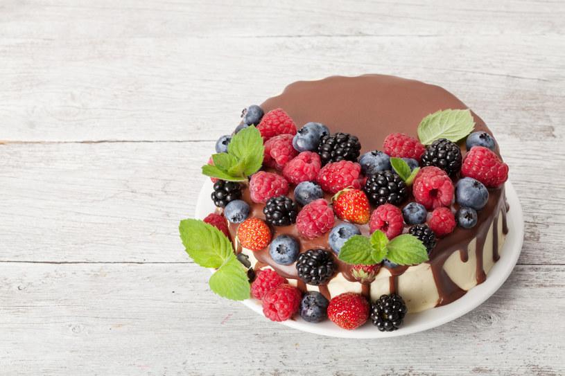 Ciasto w czekoladzie z owocami /123RF/PICSEL