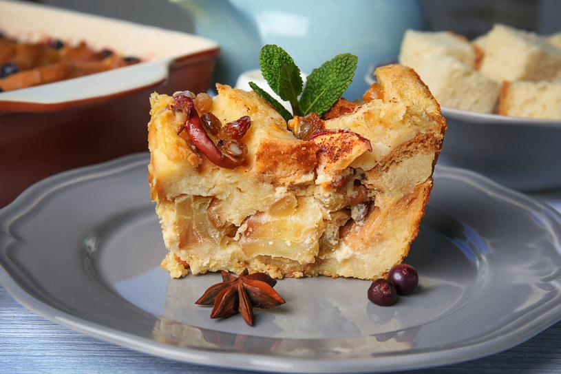 Ciasto z budyniem i jabłkami na kruchym spodzie /123RF/PICSEL