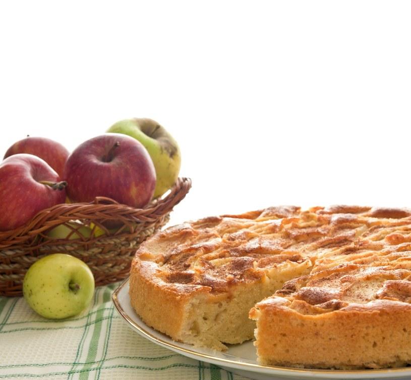 Ciasto z jabłkami /123RF/PICSEL