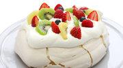 Ciasto z kremem i sezonowymi owocami