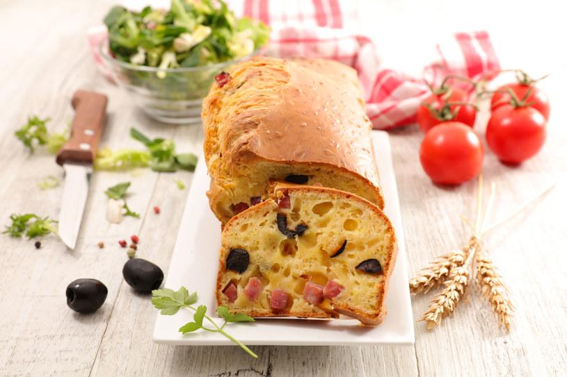 Ciasto z oliwkami i szynką /123RF/PICSEL