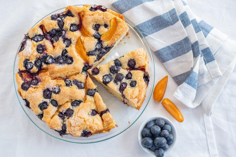 Ciasto z owocami lata idealnie sprawdzi się przy porannej kawie /123RF/PICSEL
