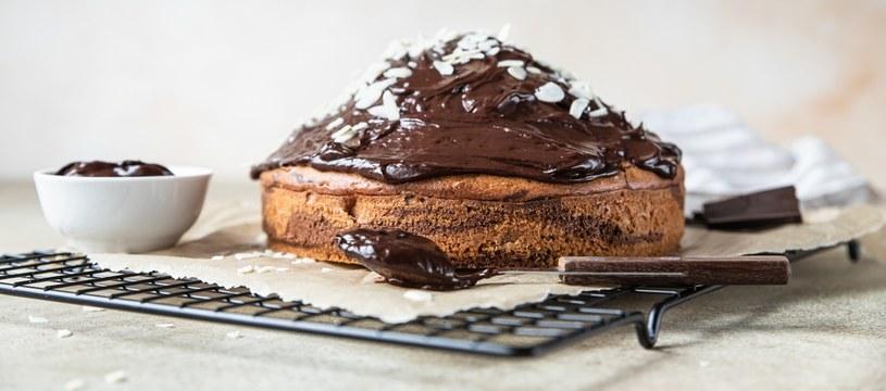 Ciasto z polewą czekoladową z dodatkiem płatków owsianych /123RF/PICSEL