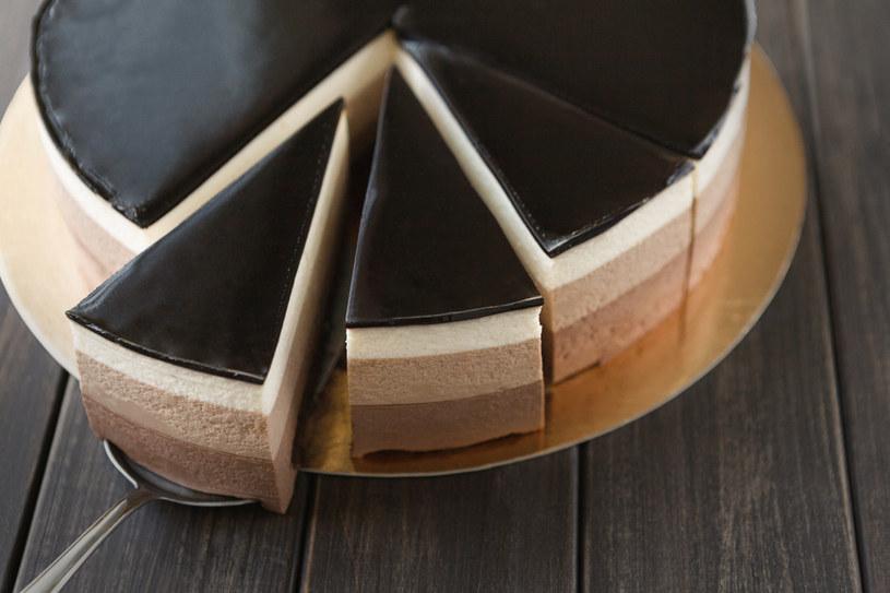 Ciasto z polewą czekoladową /123RF/PICSEL