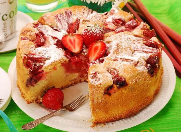 Ciasto z rabarbarem możesz udekorować truskawkami /Picsel /123RF/PICSEL