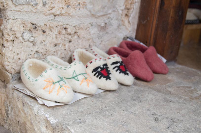 Ciekawą pamiątką z Albanii są ręcznie robione pantofle /123RF/PICSEL
