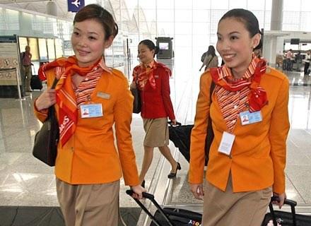 Ciekawe, co o reklamie sądzą latające na Gatwick stewardesy? /AFP