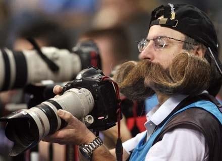Ciekawe, co o tak długich wąsach sądzi partnerka tego fotoreportera /AFP