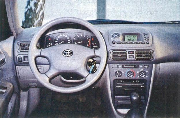 Ciekawej wzorniczo desce rozdzielczej Corolli dobrze zrobiłoby większe zróżnicowanie kolorystyczne. Dwa odcienie szarości to za mało. /Motor