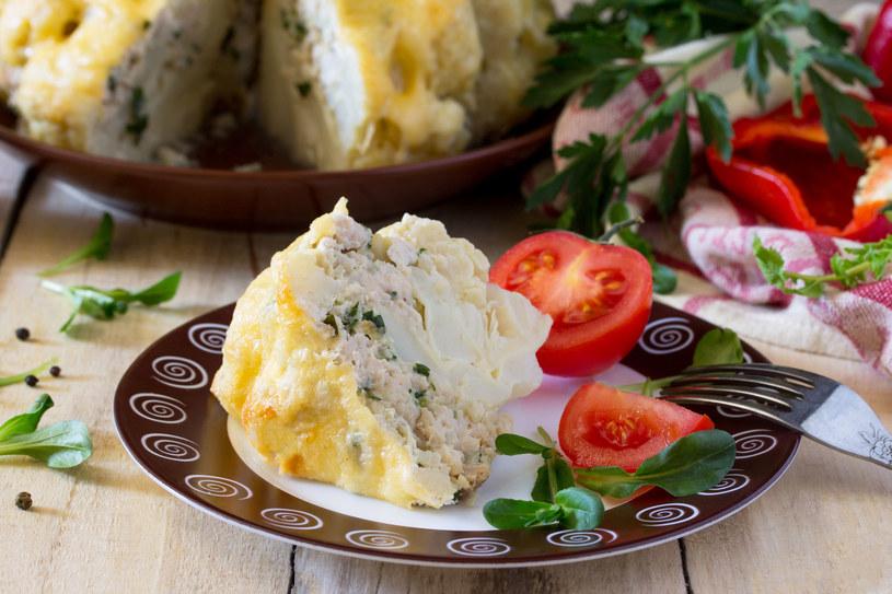 Ciekawy pomysł na obiad- kalafior faszerowany mięsem mielonym i serem /123RF/PICSEL