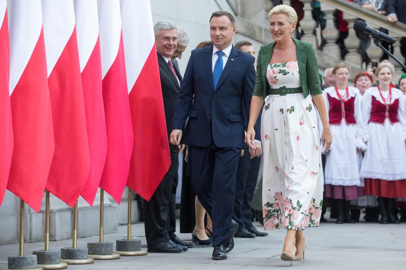 Cieliste czółenka na cienkim i wysokim obcasie najwyraźniej nie były wygodne /Andrzej Iwańczuk/Reporter
