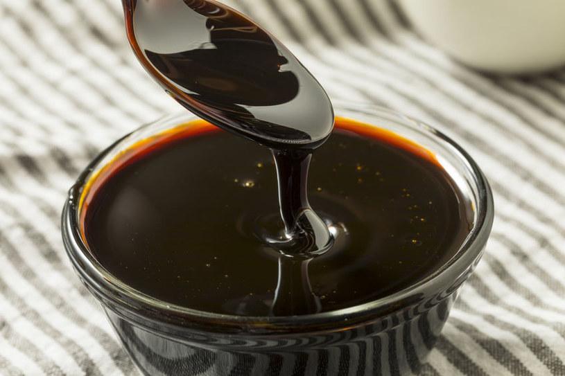Ciemna melasa zawiera dwieście razy więcej magnezu niż biały cukier /123RF/PICSEL