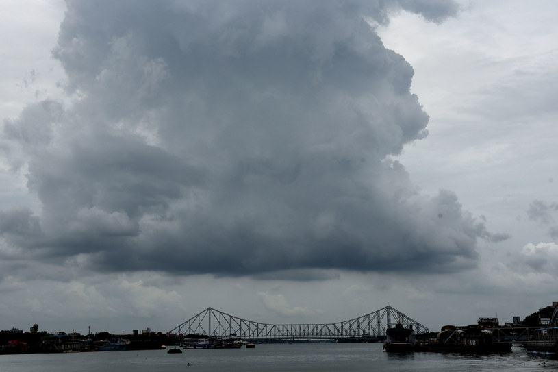 Ciemne chmury nad Indiami na dzień przed uderzeniem żywiołu /Samir Jana/Hindustan Times  /Getty Images