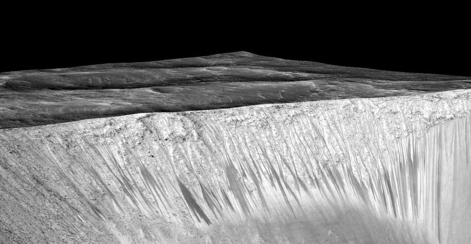 Ciemne cieki wodne w kraterze Garni /NASA/JPL-Caltech/Univ. of Arizona /materiały prasowe