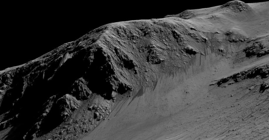 Ciemne cieki wodne w kraterze Horowitz /NASA/JPL-Caltech/Univ. of Arizona /materiały prasowe
